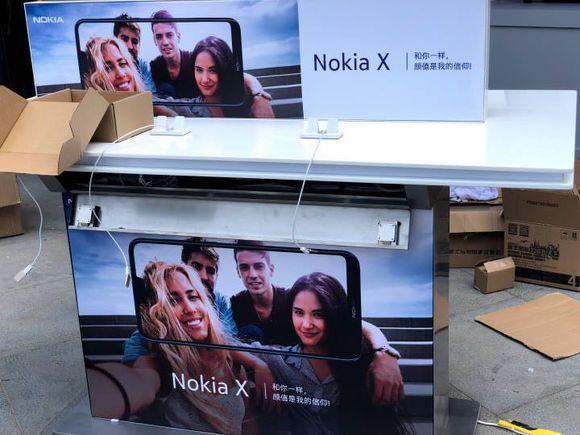Espositore Nokia X(6) durante l'Evento Nokia in Cina e cartelloni pubblicitari.