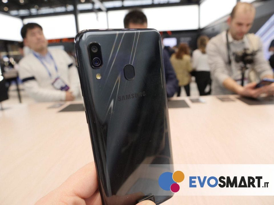 Il retro di Galaxy A30 si distingue da quello di A50 per la presenza di una dual camera e del fingerprint | Evosmart.it