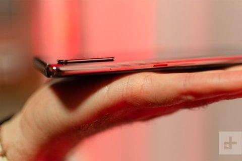 Il modulo fotografico è sporgente, in un profilo simile a quanto visto su iPhone | Evosmart.it