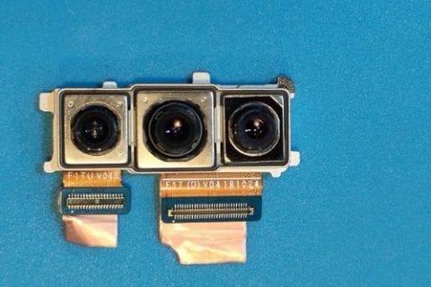 Il triplo modulo fotografico mostrato in uno scatto ravvicinato | Evosmart.it