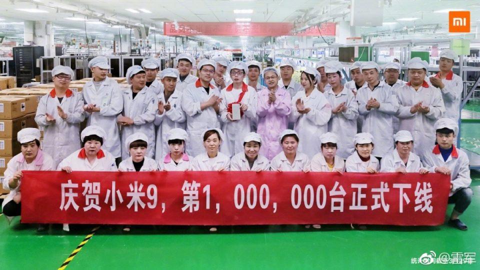 I dipendenti della fabbrica mettono in evidenza con uno striscione il risultato raggiunto | Evosmart.it
