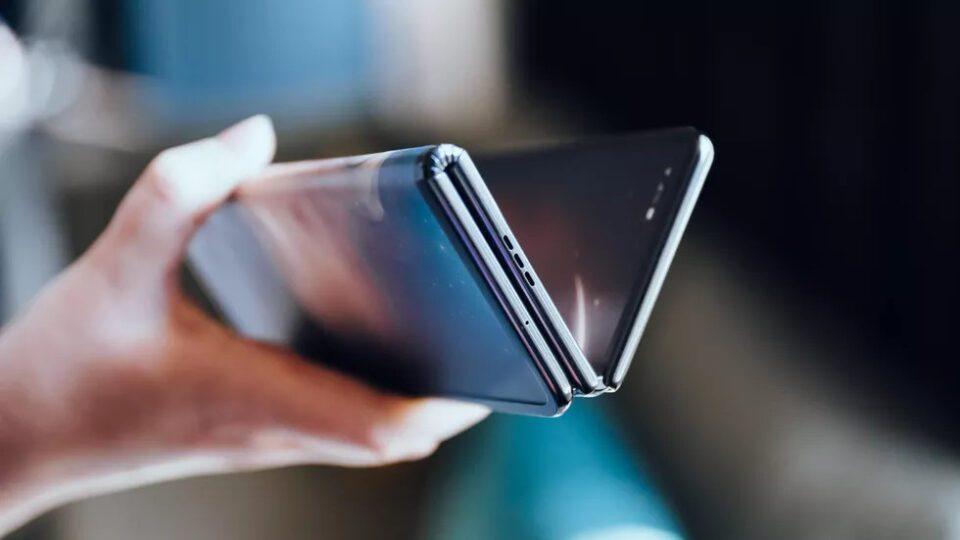 TCL stupisce con un inedito prototipo di smartphone flessibile