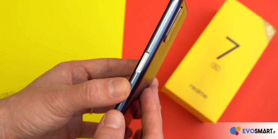 Il sensore di impronte digitali è integrato nel tasto di accensione di questo realme 7 5G | Evosmart.it