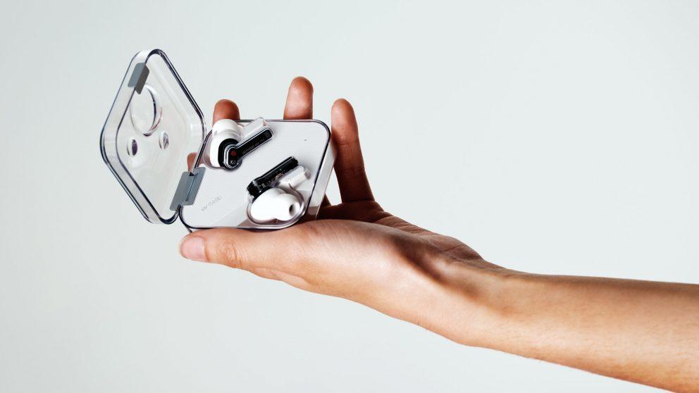 Nothing ear (1) sono i primi auricolari true wireless della start up Carl Pei