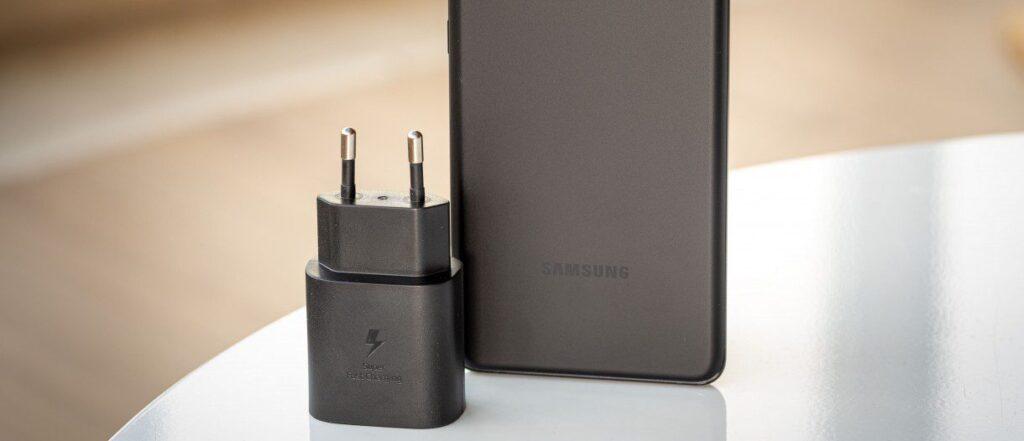 Samsung testa la ricarica rapida a 65W per la serie Galaxy S22